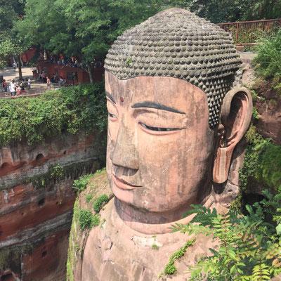Haben wir bestiegen: den mehr als 70m hohen Buddha von Leshan