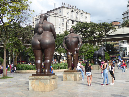 Hier gibt es viele Skulpturen von Fernando Botero (hier: Adam und Eva)