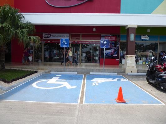 Supermarkt mit Parkplatz für Schwangere