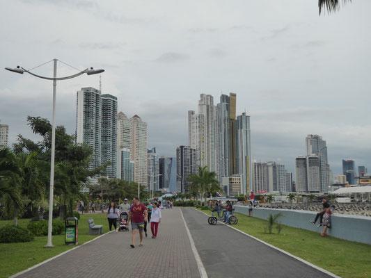 Sonntagnachmittag an der Uferpromenade