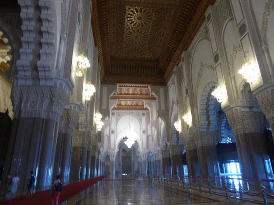 Moschee von innen: Das Dach lässt sich öffnen!