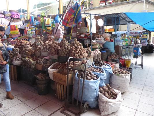 In Peru hat es zweitausend Kartoffelsorten. Hier eine kleine Auswahl. Minipreis: Mehligkochend haben wir gerade nicht!!!!