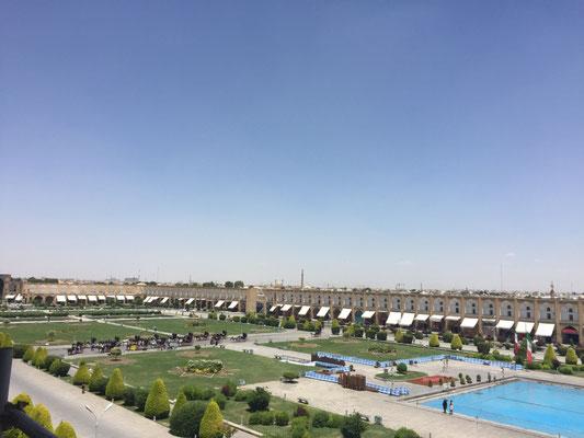 Blick vom Ali Qapu-Palast auf die Nordseite des Platzes mit Basar-Eingang