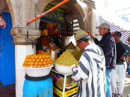 Es gibt nicht nur Touristen. Hier kaufen auch Einheimische leckere Oliven!