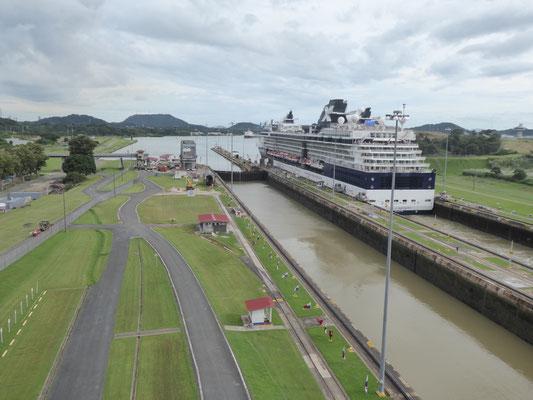 Miraflores-Schleuse im Panama-Kanal: Das Kreuzfahrtschiff ist schon durch....