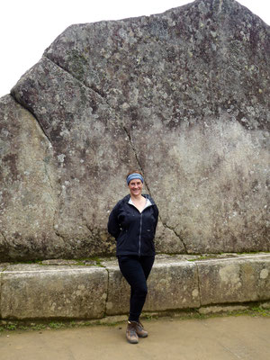 Frau Schmid vor dem Heiligen Felsen