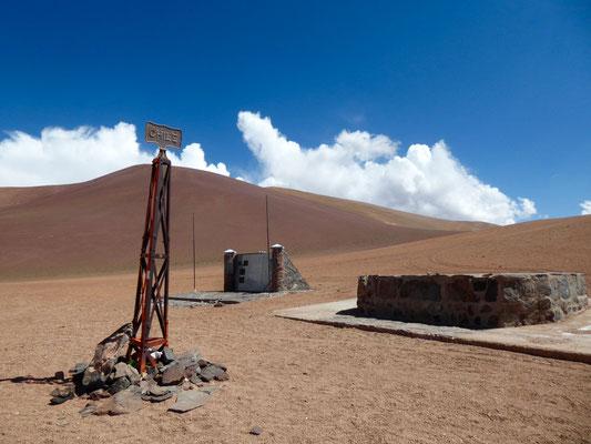 Geschafft! Hier ist Chile zunächst zu Ende. Der Zoll kommt erst nach 30 Kilometern.