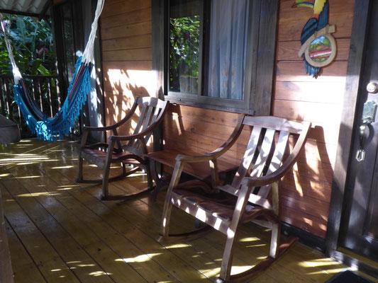 Terrasse mit Schaukelstühlen und Hängematte inclusive