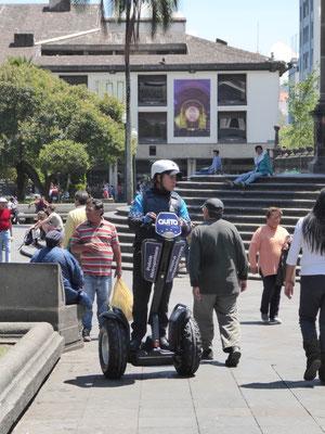 Polizei mit Offroad-Segway (vertreibt die fliegenden Händler vor der Kathedrale)