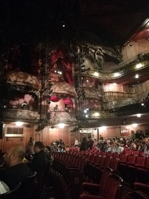 Das Theater bevor es komplettt voll war.