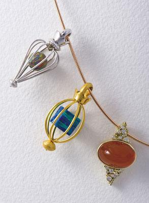 Anhänger - Weißgold / Opal synth. - - - - - - - - €  980,- Anhänger - Gelbgold / Opal synth. - - - - - - - - - €  980,- Anhänger - Gelbgold / Feueropal / Brillant - - €  2.320,-