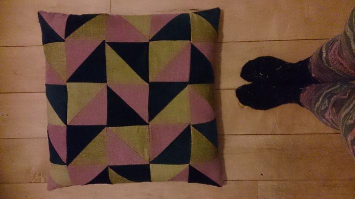 2 Handgemaakte kussens, eigen ontwerp, 53x53. Tevens te koop in het asiel.