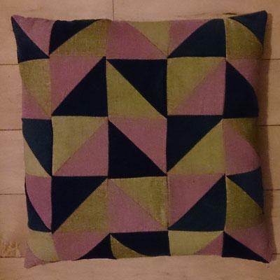 2 identieke handgemaakte kussens, 53x53, ook te gebruiken als zitkussen op de vloer. Wachtend op een nieuw thuis...