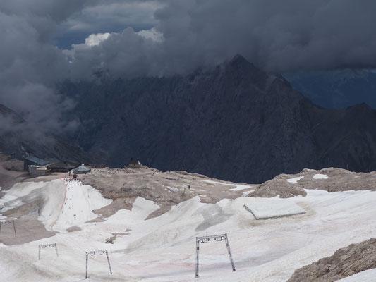 """Schreiende Menschen auf Schlitten am traurigen Rest des """"Gletschers"""""""
