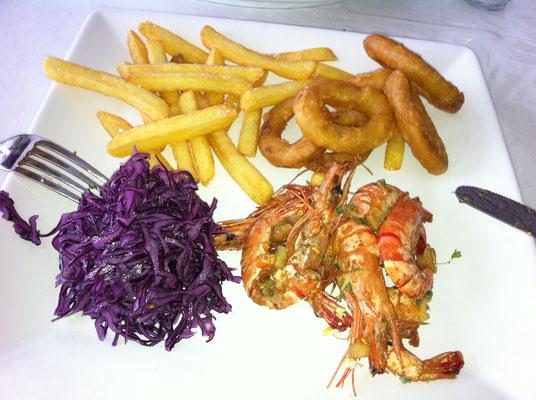 Scampi, Tintenfisch, Rotkohlsalat und Pommer Fries