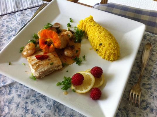 Dorsch Filet, Jakobs Muscheln und Curry Reis