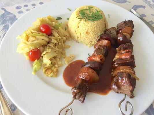 Schaschlik mit Kohl Gemüse und Reis