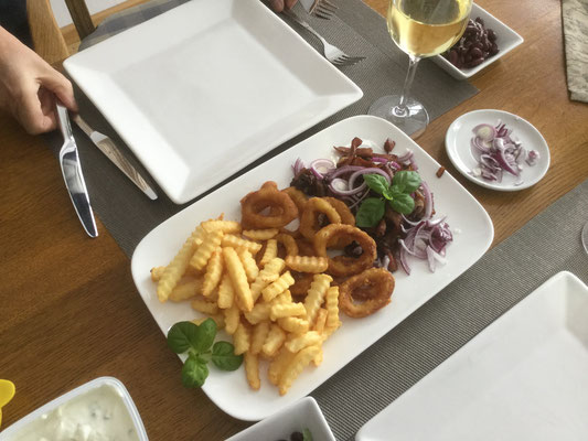 Pfannen Gyros, Tintenfisch und Pommer Fries