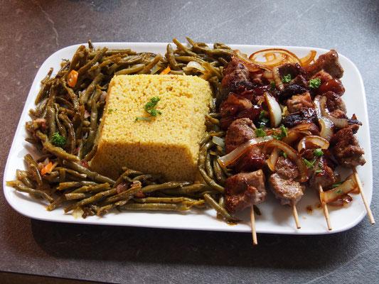 Lamm Spieße, Schmorbohnen und Couscous