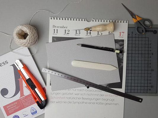 Material und Werkzeuge bereit legen.