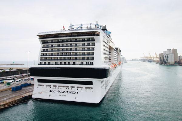 Die gigantische MSC Meraviglia im Hafen von Barcelona