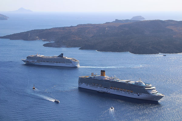 Die Norwegian Spirit verlässt Santorini