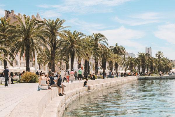 Die Riva (Uferpromenade) mit vielen Bars und Restaurants