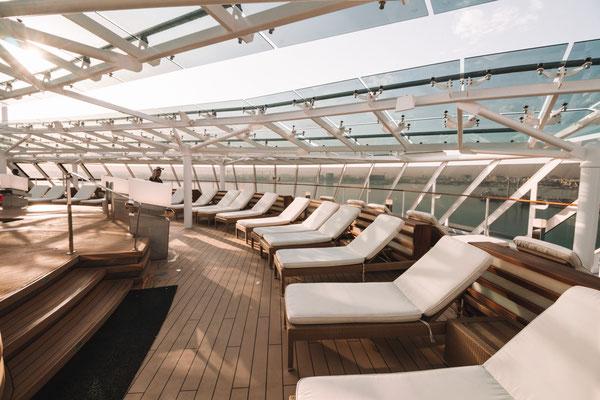 genügend freie Liegen auf dem Yacht Club Pooldeck