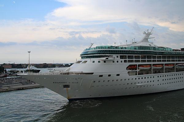 Die Rhapsody of the Seas beim Auslaufen