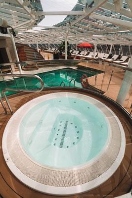 Whirlpool auf dem Yacht Club Pooldeck
