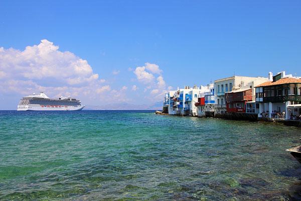 Die Oceania Riviera im Hafen von Mykonos