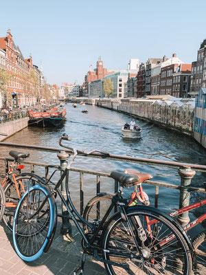 Typisch Amsterdam: mit dem Fahrrad durch die Stadt