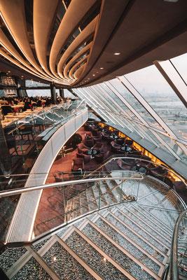 Die Swarovski-Treppe verbindet das Restaurant und die Lounge