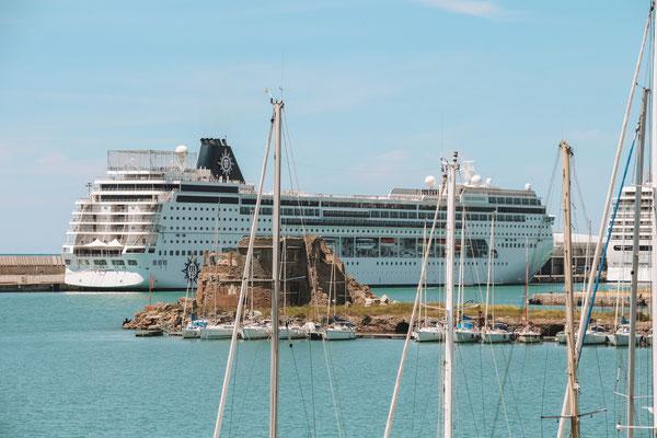 Die MSC Sinfonia im Hafen von Civitavecchia