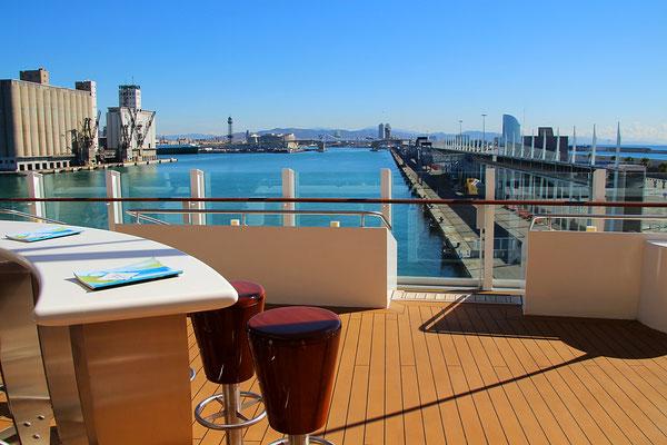 Die Lanai Bar mit herrlicher Aussicht auf Hafen oder die Heckwelle