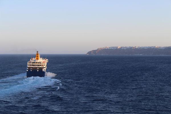 Das Panorama bei Einfahrt in die Bucht von Santorini