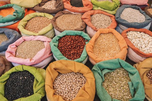Auch verschiedene Nussarten oder Gewürze kann man kaufen