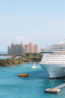 Die Symphony of the Seas, im Hintergrund das Atlantis Resort auf Nassau