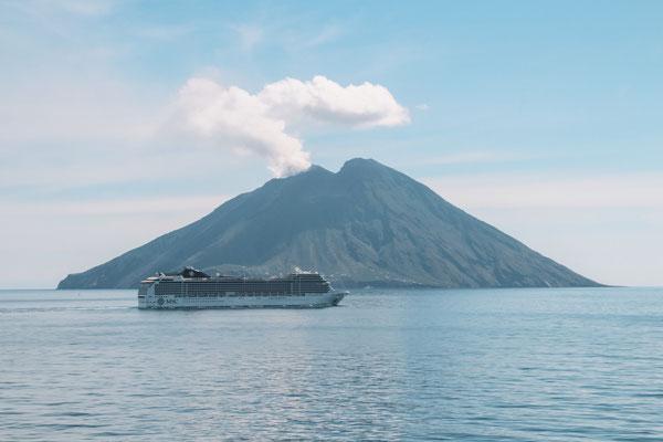 Die MSC Magnifica beim Passieren der Liparischen Inseln