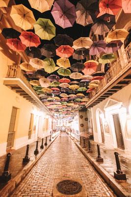 Die berühmte Fortaleza Strasse mit den aufgehängten Regenschirmen