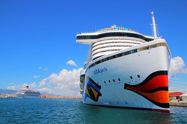 AIDAperla im Hafen von Mallorca