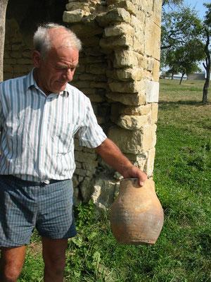 M. Tricot, le propriétaire, tenant à la main un boulin