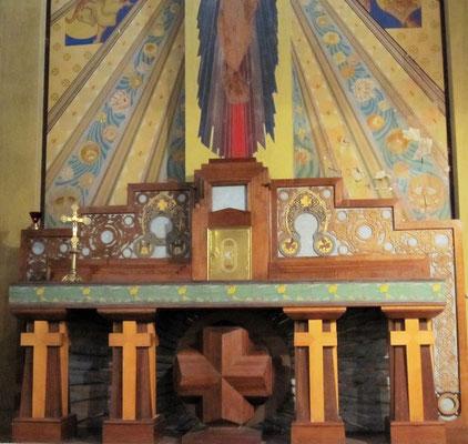 Autel majeur en bois d'une grande richesse décorative.