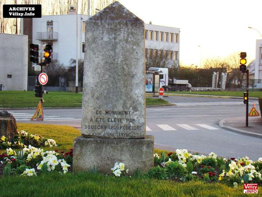 La stèle du capitaine Édouard Tarron en mars 2009 à Vélizy-Villacoublay.