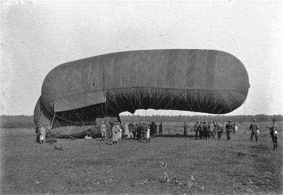Guerre de 1914  gonflement d'une saucisse - Photographie de presse - Agence Mondial