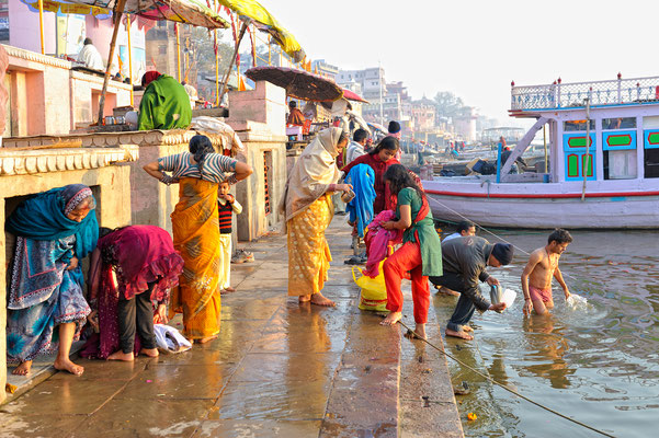 Trocknen der Saris nach dem Baden im Ganges