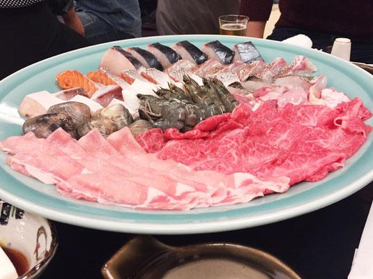大きなお皿にはお肉と海鮮