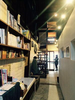 通路には本棚があります