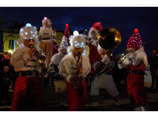 (DR) Compagnie remue ménage-Les Gnomikys-Marché de Noël AmiensCasa Chambres d'hôtese