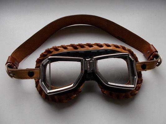 Couture plate autour des lunette et couture extérieur lacée cuir création d'une lanière d'attach